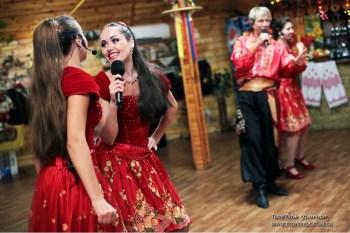 Артисты ансамбля выступают на свадьбе