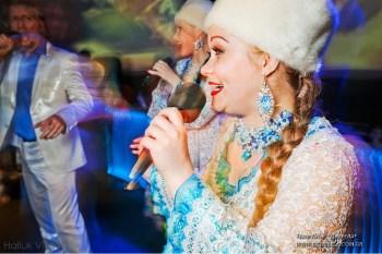 Украинские девчата в новогодних костюмах